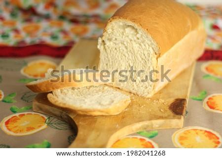 Closeup of Homemade white bread slices on the table 'Pão de forma caseiro'. Foto stock ©
