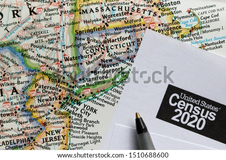 Closeup of United States Census 2020 form informational copy and a ballpoint pen on map. Stockfoto ©