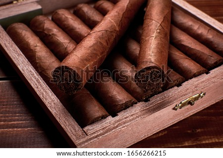 Closeup photo of a wooden box with cuban cigars and space for text ストックフォト ©