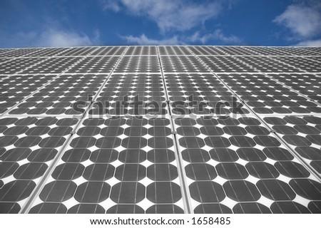 Nahaufnahmeansicht der Solarpanels auf einem Hintergrund desblauen Himmels