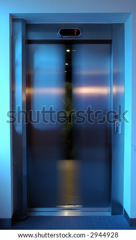 closing lift doors, white balance set for lift interior, level 7