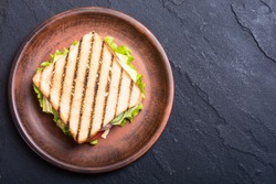 Club sandwich with tomatoes , cucumber , ham , cheese and salad . Clubsandwich