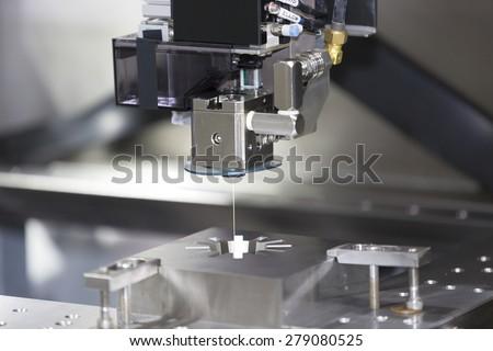 CNC wire cut machine cutting high precision mold parts Foto stock ©