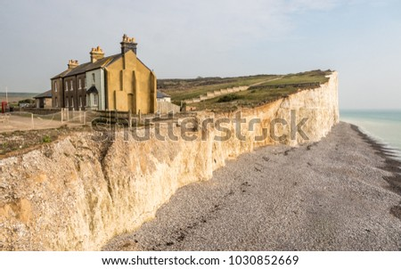 Coastal erosion, Sussex, UK. A diminishing row of terraced houses displaying the effects of weather on the chalk cliffs of the south of England. Photo stock ©