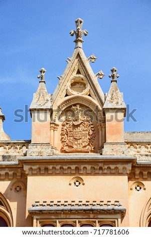 Coat of arms on the Bishops Palace in the Pjazza San Pawl, Mdina, Malta, Europe. Foto d'archivio ©