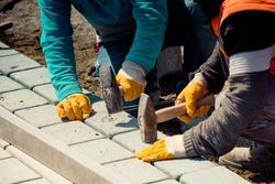 cobblestone installation - paver laying granite stone pavers using industrial cobblestones