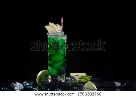 Cocktail Ron, Licor de Manzana, Jugo de limón, Sirope.  Foto stock ©
