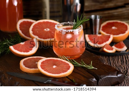 Cocktail tequila fresh grapefruit juice combined and rosemary. A festive drink is ideal for brunch, parties and holidays. Foto stock ©