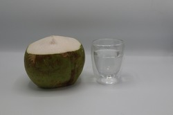 Coconut water in the coconut was punched out for drinking. The resulting coconut water is clear and very clean, can drink and eat while traveling in the forest.