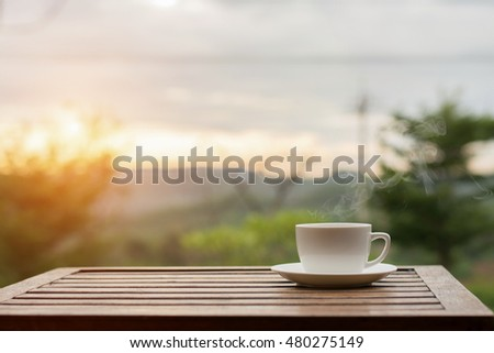 Coffee espresso on wood table nature background in garden,warm tone Foto stock ©