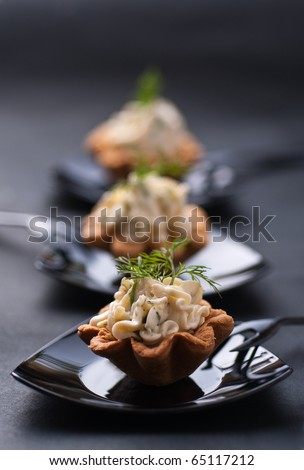 Cold tartalette with cheese cream and dill