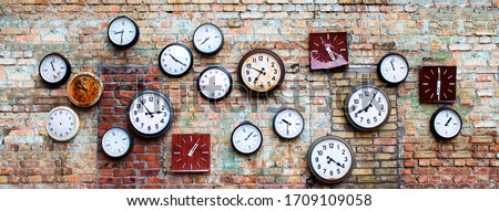 collection of old, vintage, hinged watches, all clock show different times, some do not have insoles, they all hang on an old brick wall, bricks changed color from time to time Stock foto ©