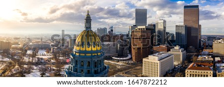 Colorado State Capitol Building & the City of Denver Colorado at Sunset. Rocky Mountains on the Horizon Foto d'archivio ©