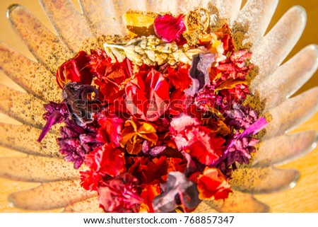 Shutterstock Colorful and colorful glass jarron with flowers of all colors under the light of the morning in the warm Mediterranean sun