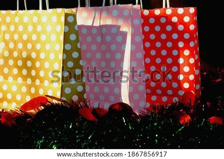 colorful bags. red, pink polka dot bags hediye kutuları. hediye çantaları. karton çanta. Stok fotoğraf ©
