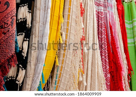 Colorful handmade coconut fibers hammoks hanging for sale. different models and designs of Paraguayan type hammocks or hacamas. Foto d'archivio ©