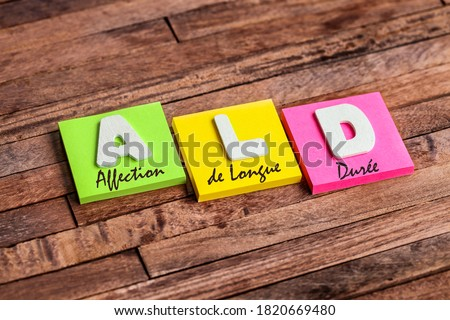 Colorful square papers with wooden white letters for the acronym ALD means LDD Long Duration Disease Foto stock ©