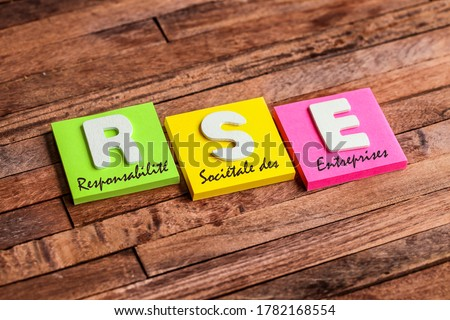 Colorful square papers with wooden white letters for the French acronym means Corporate Social Responsibility Foto d'archivio ©