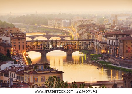 Colorful sunset over Ponte Vecchio on Arno River, Florence, Italy Foto stock ©