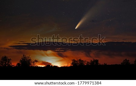 Photo of  Comet Neowise comet C/2020 F3 (NEOWISE) as it flies overhead in the summer sky over Ottawa, Canada.