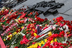 Commemorative wreath of flowers at the foot of the monument.