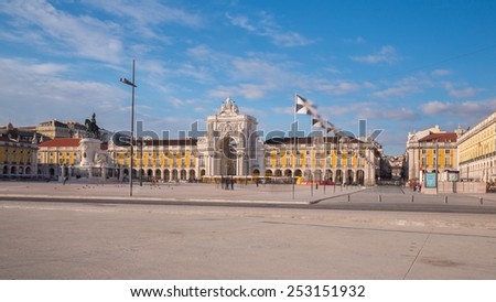 Commerce Square in downtown Lisbon (Portugal), close to the Tagus River is one of the largest squares in Europe - long expo (shadows of people passing) Foto stock ©