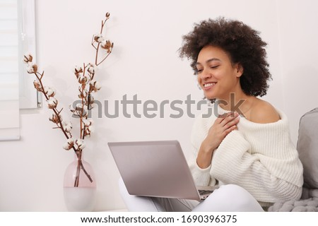 Communication and Connection during Coronavirus lockdown , Self-isolation. Woman using online technology to keep in touch with Friends and Family. Good news and Gratitude concept Foto stock ©