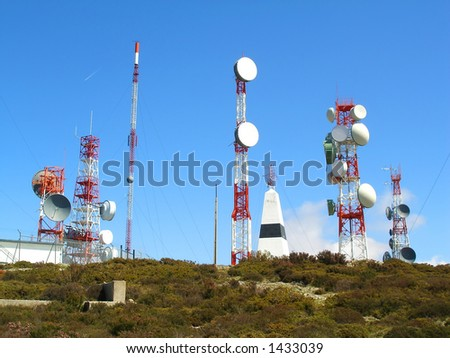 communication antenna with an array of dishes