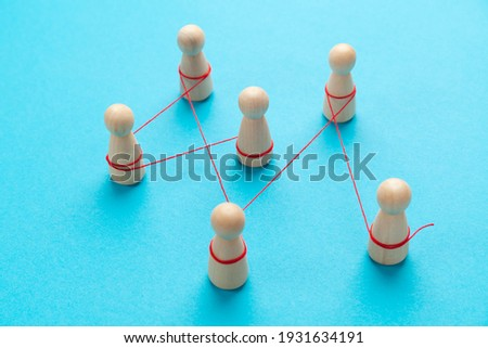 Communication between people. The figures are tied with a red thread. spreading rumors. Stockfoto ©