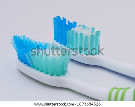 Comparison of the old and new toothbrushes in macro view, showing different bristle conditions: time to change a new toothbrush Foto d'archivio ©