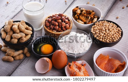 Composition with common food allergens including egg, milk, soya, peanuts, hazelnut, fish, seafood and wheat flour Foto stock ©