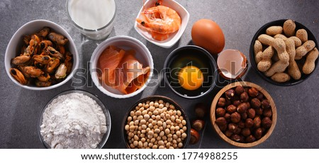 Composition with common food allergens including egg, milk, soya, peanuts, hazelnuts, fish, seafood and wheat flour Foto stock ©