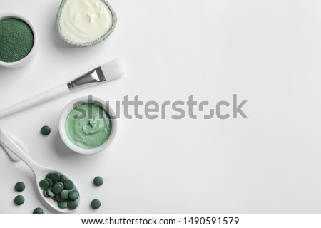 Composition with spirulina facial mask and ingredients on white background, top view Foto stock ©