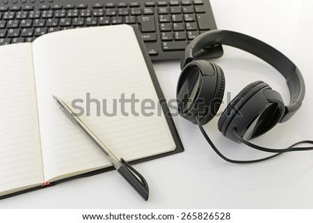 Computer keyboard with headphone