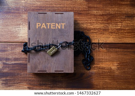 Concept for copyright, patent or intellectual property and idea protection.Box wrapped with chain on lock. Foto stock ©