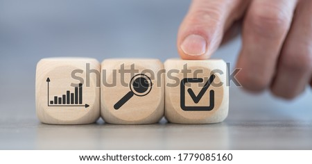 Concept of financial evaluation on wooden cubes Stockfoto ©