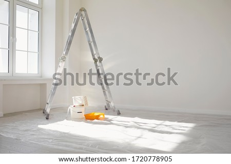 Concept painting work repair painting. Ladder paint cans in a white room for repair Foto stock ©