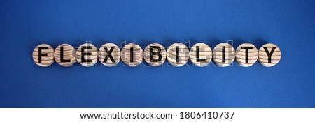 Concept word 'flexibility' on wooden circles on a beautiful blue  background. Business concept. Foto stock ©