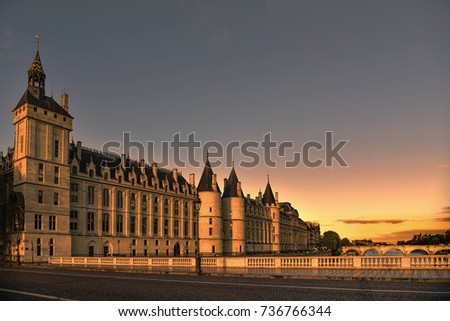 Conciergerie building located along of the Seine river and the center of Paris under a early sunrise lights. It was successively King's palace the prison and justice hall in french history. Photo stock ©