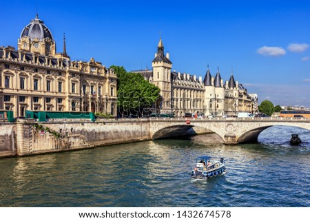 Conciergerie Castle and Seine River with cruise tour boat. Castle Conciergerie is a former prison, located on west of the Cite Island and today it is a part of Palais de Justice. Paris, France Photo stock ©