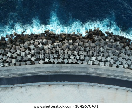 Concrete breakwaters. Seascape with concrete tetrapodes to protect coastal structures from destructive impact of storm sea waves. Tetra-pods, concrete blocks. Strengthening of concrete sea. Breakwater Foto d'archivio ©