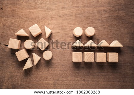 Confused geometry shape of wood blocks on the left rearrange in the same category on the right, category concept Foto stock ©
