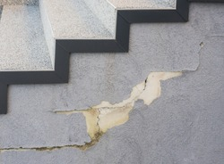 Construction defect outside staircase loss of adhesion of synthetic resin plaster by water infiltration and frost