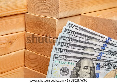 Construction lumber with cash money. Building materials price increase, home construction and remodeling cost concept. Foto stock ©