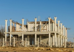 Construction of a house of two floors with columns.