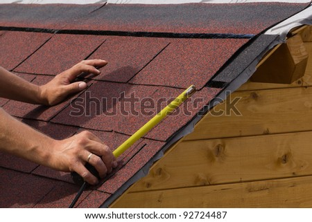 Construction of asphalt shingles on a roof of wood