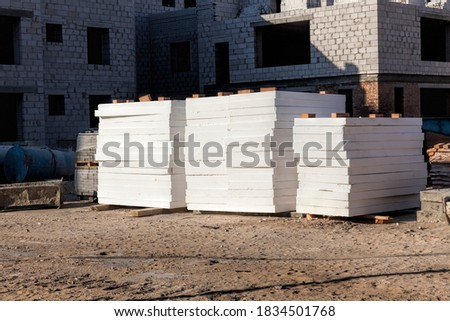 construction site with new ready-to-use slabs for house insulation and for the rapid construction of new multi-storey comfortable houses, construction in Sunny weather, white slabs for insulation and Foto stock ©