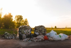 Construction waste is not placed in the designated containers, scattered around, polluting the environment.