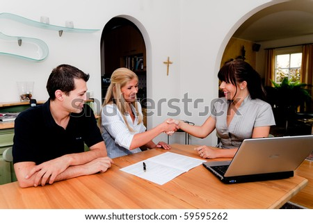 Consulting and contract signature in an apartment