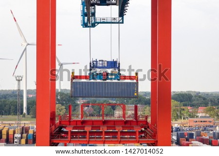 Container loading in a container port